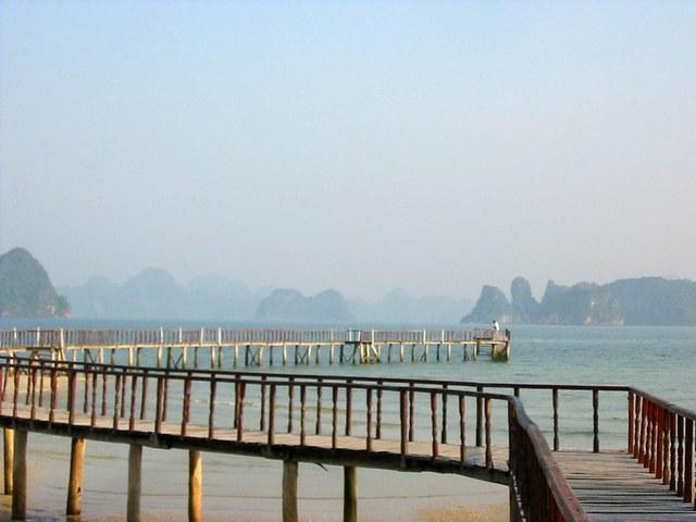Cau Trang or White Bridge, Bai Tu Long bay
